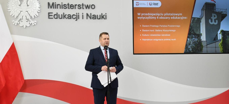 Zdjęcie przedstawia ministra Czarnka prezentującego przedsięwzięcie Poznaj Polskę.