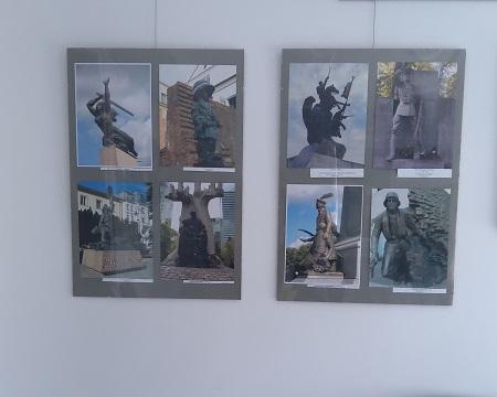 Zdjęcie przedstawia dwie tablice wystawy przedstawiające pomniki związane z II Wojną Światową